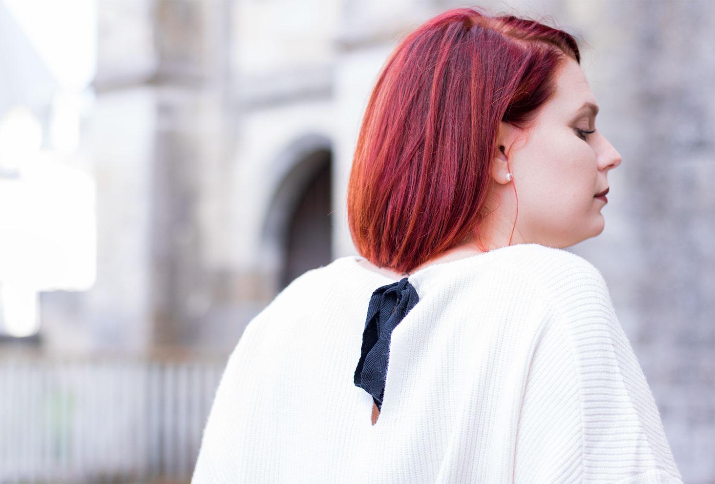 Zoom sur le noeud noir du pull blanc Zara du look de la rentré 5