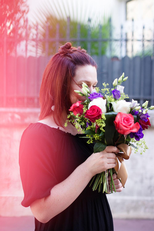Cachée derrière le bouquet de fleurs dans le look de rentrée 2
