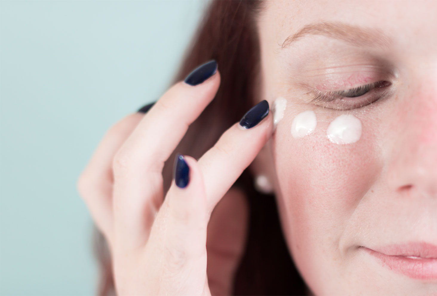 Zoom texture et application du soin contour des yeux par Rexaline