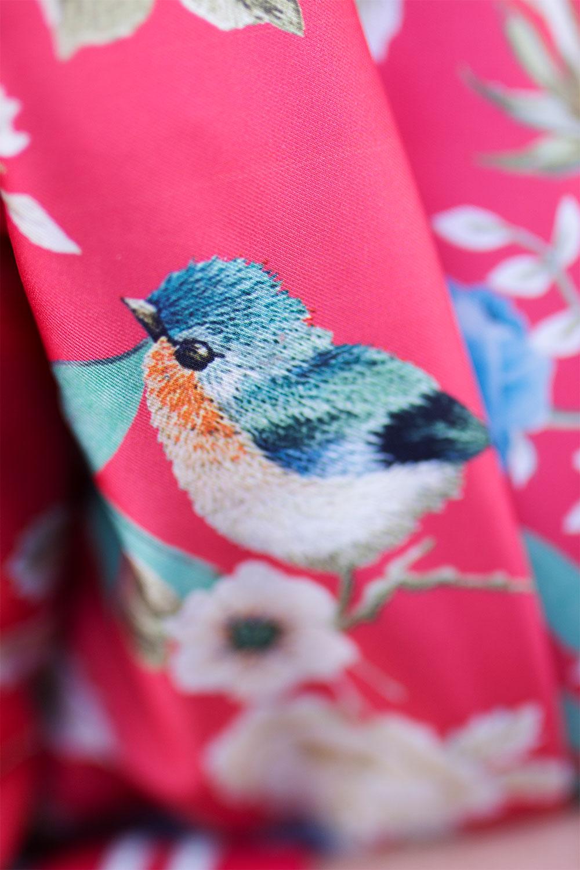 Zoom sur le motif oiseau du bomber à fleurs Promod