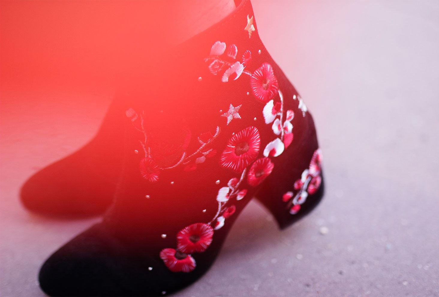 Zoom sur les bottines à talons noires et fleurs rouges Stradivarius