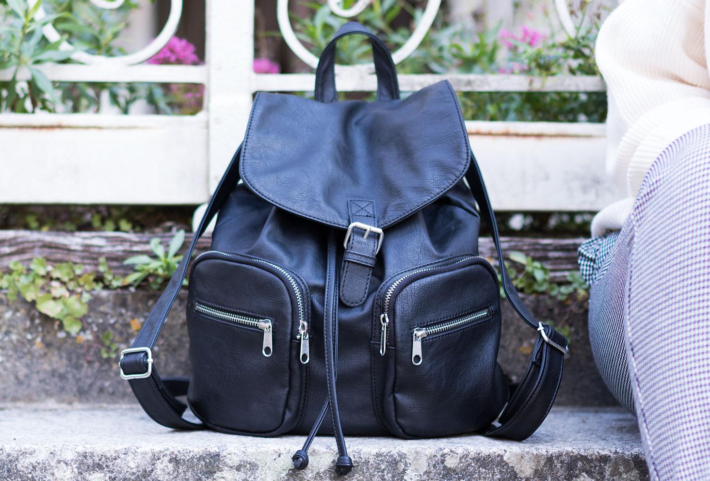 Zoom sur le sac à dos noir H&M