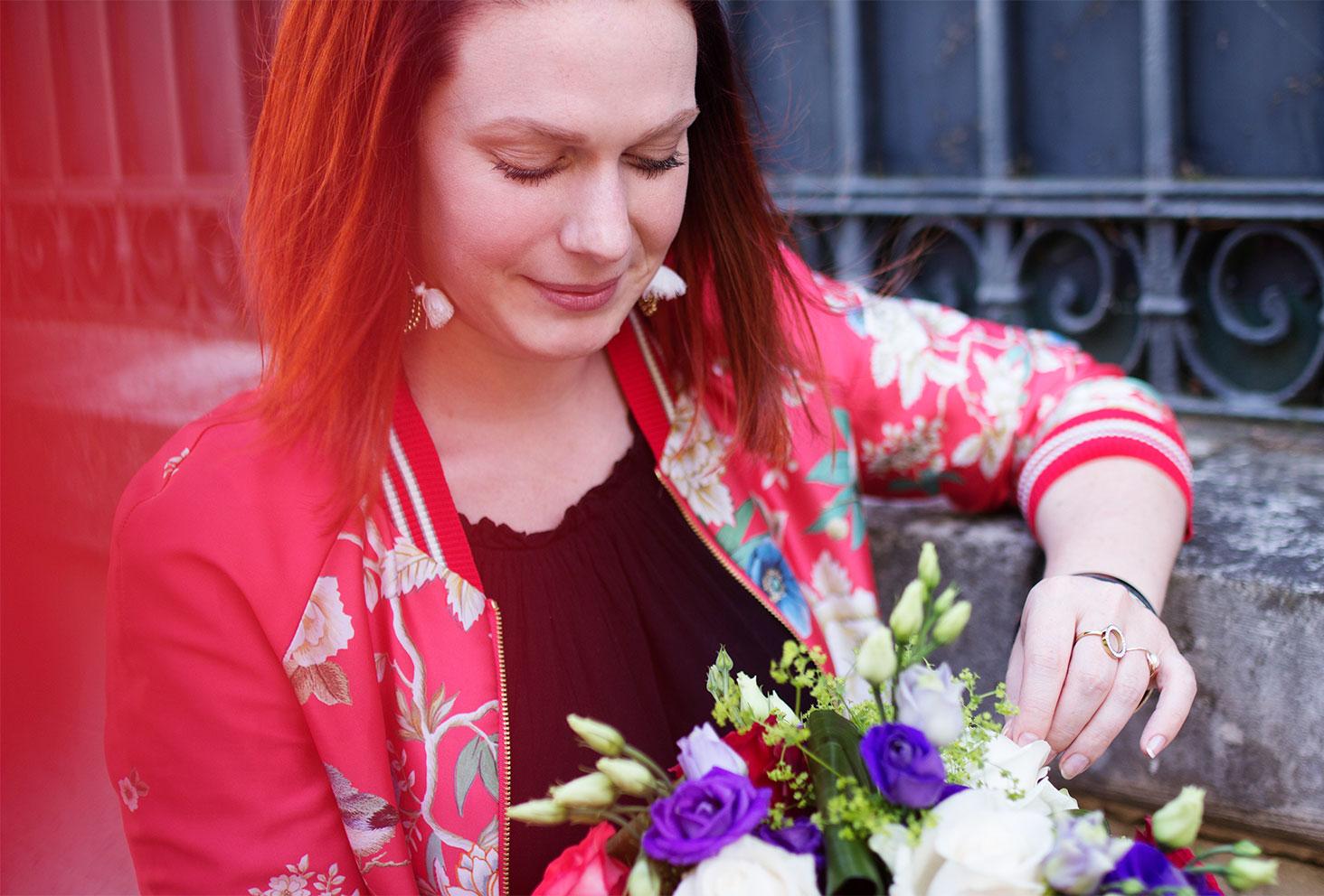 Zoom visage et bomber à fleurs