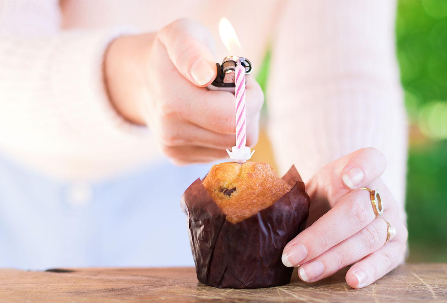 Zoom sur l'allumage de la bougie sur le muffin pour les 26 ans