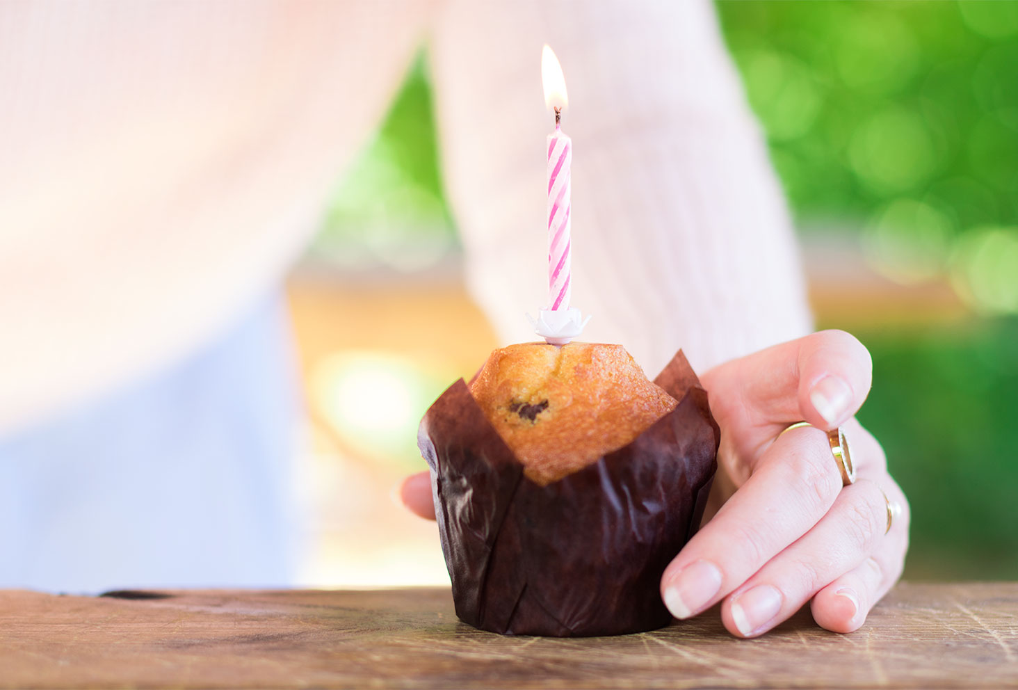 La bougie rose allumée sur le muffin chocolat et noisettes pour les 26 ans