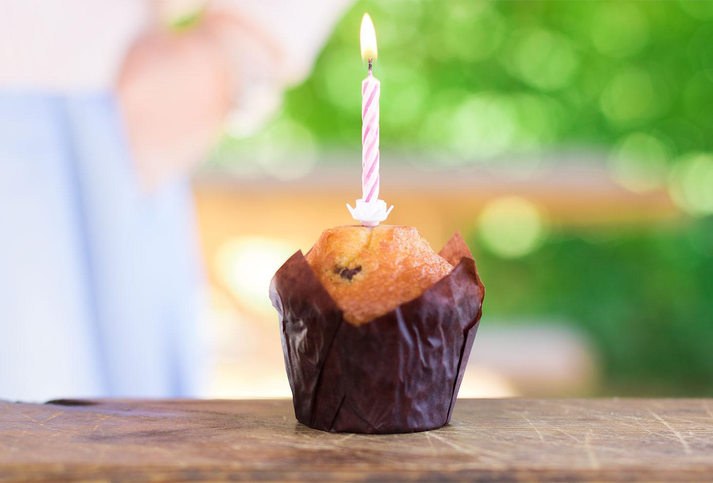 Bougie rose d'anniversaire sur muffin chocolat/noisettes pour les 26 ans