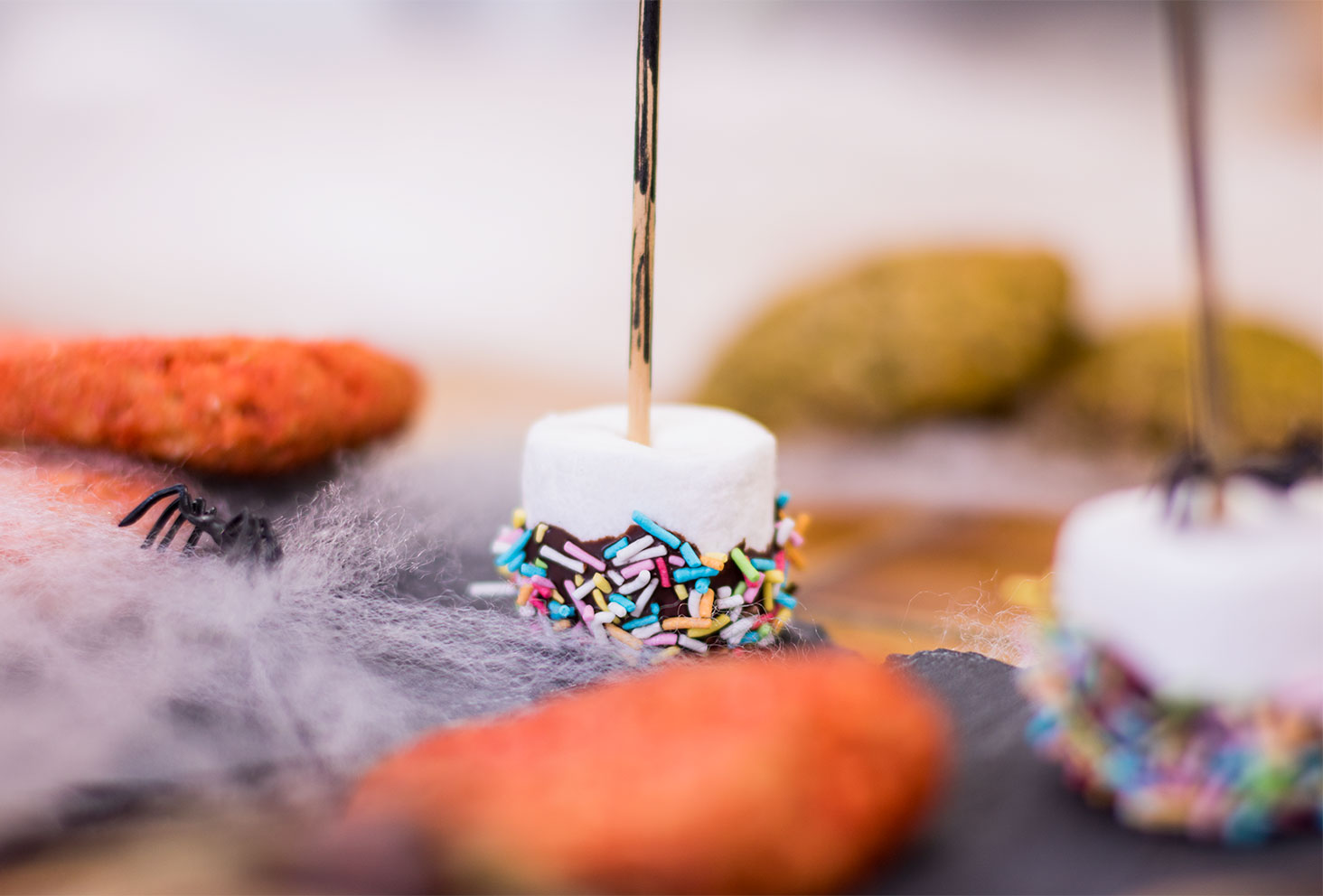 Zoom sur le chamallow enrobé de chocolat en forme de balais de sorcière pour le goûter d'Halloween