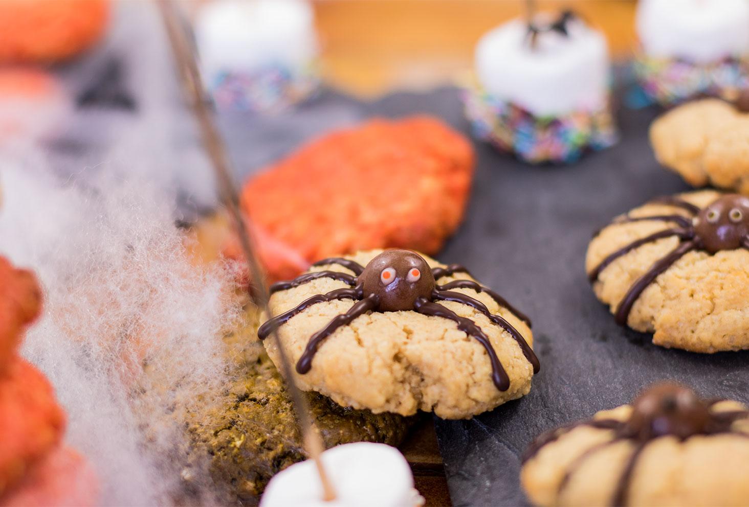 Zoom sur un cookie araignée Halloween avec les yeux rouges