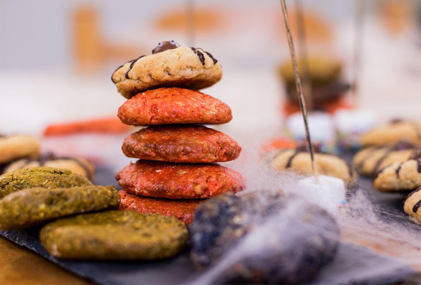 Tour de cookies colorés pour le goûter d'Halloween