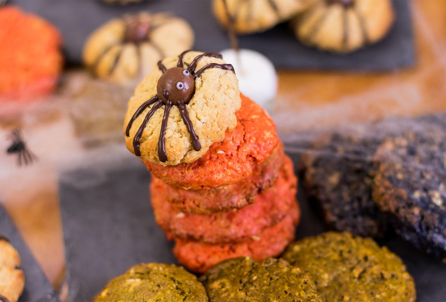 Zoom sur le cookie araignée en haut de la tour de cookies oranges