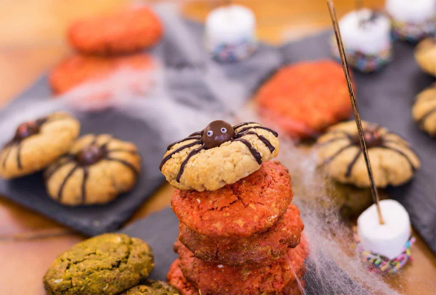 Zoom sur un cookie araignée et des cookies oranges d' Halloween