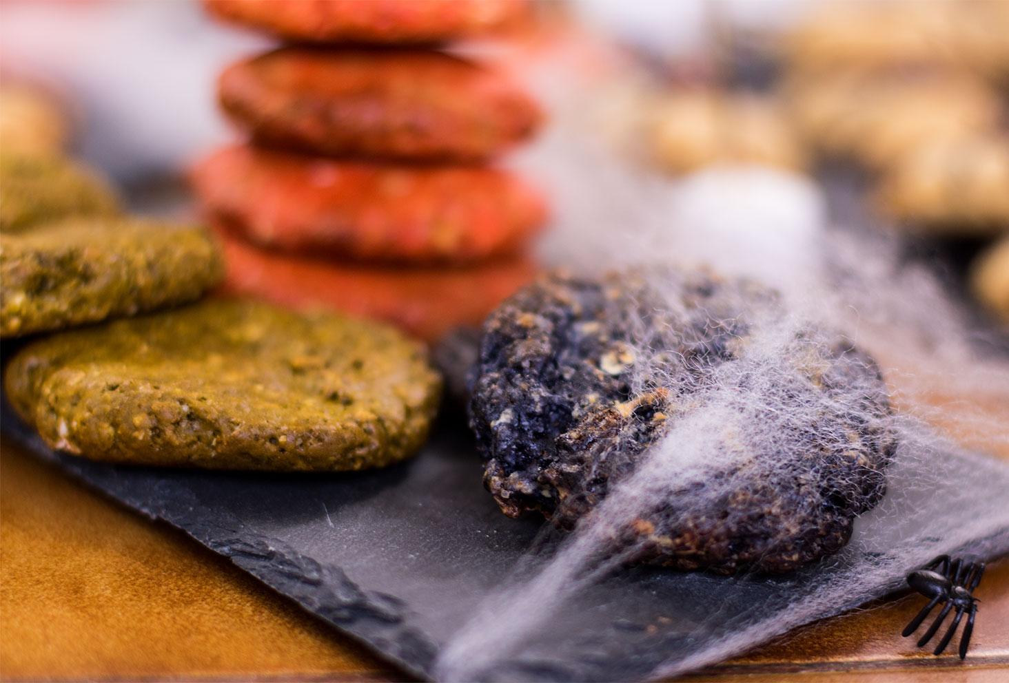 Zoom sur un cookie noir pour le goûter d'Halloween