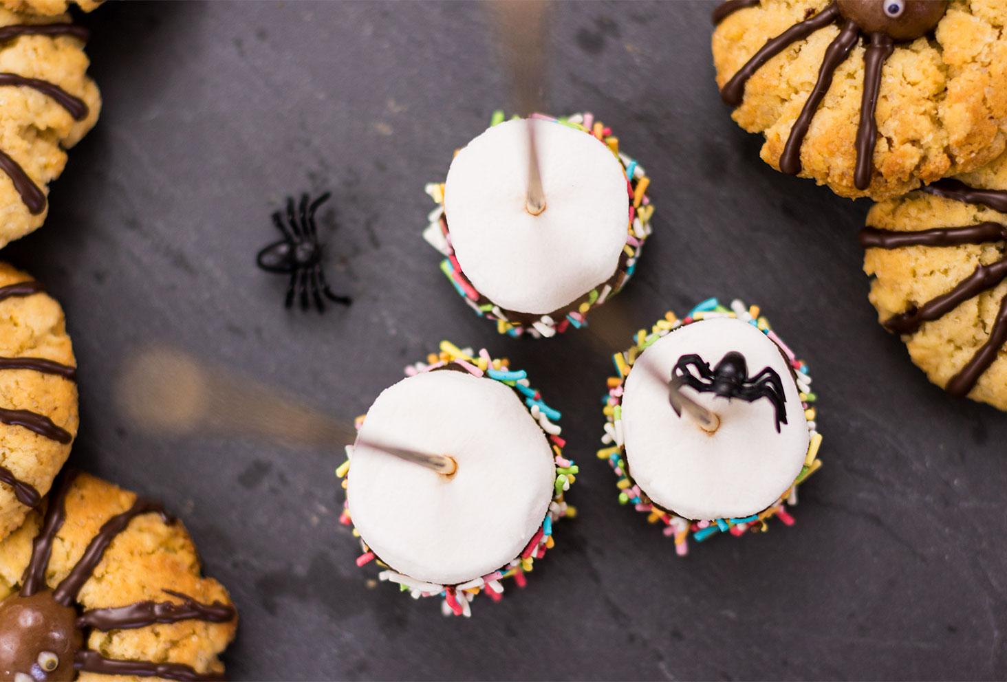 Zoom sur le haut chamallow enrobés de chocolat en forme de balais de sorcière pour le goûter d'Halloween