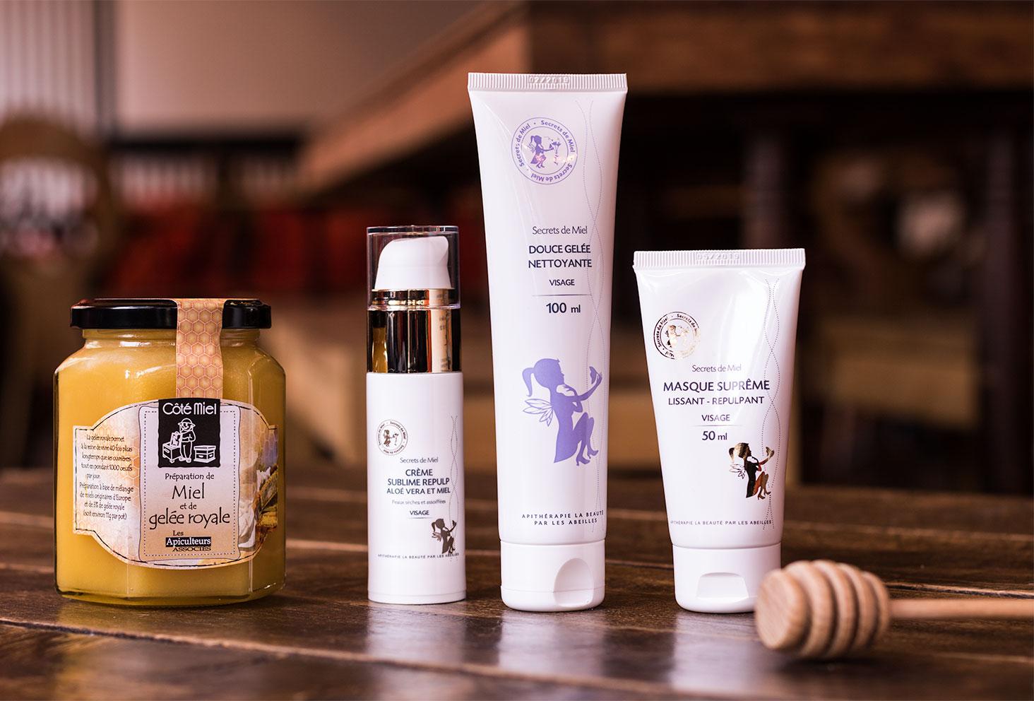Zoom sur les packagings de l'ensemble des produits visage de la marque Secrets de Miel