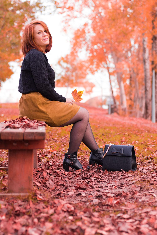 Look automnal Modz en entier avec le sac aux pieds assise sur un banc