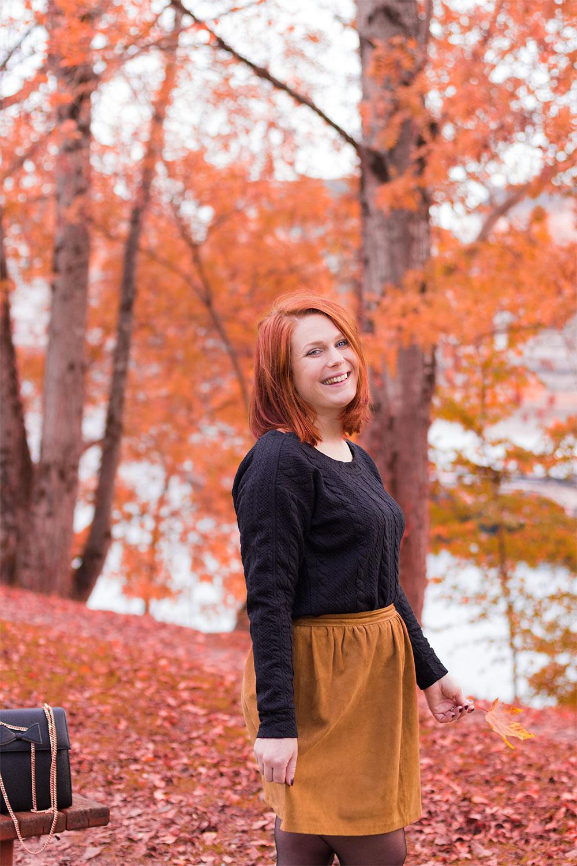 Zoom sur la jupe et le sweat pour le look d'automne en Modz