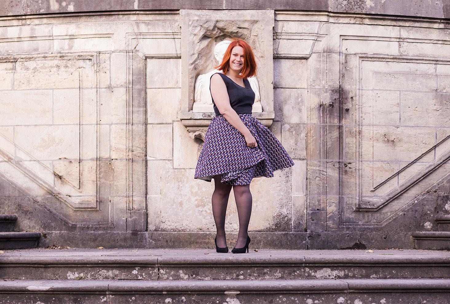 Look de la robe personnalisée Nejide sur les marches en pierre