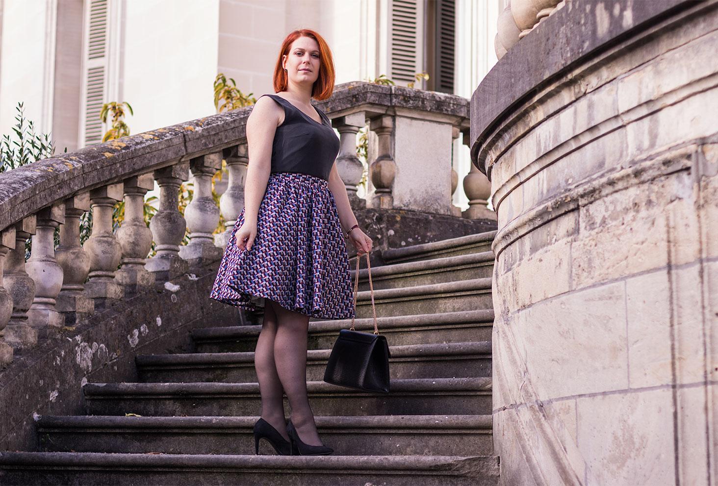 Look entier de la robe personnalisée Nejide sur les marches en pierre