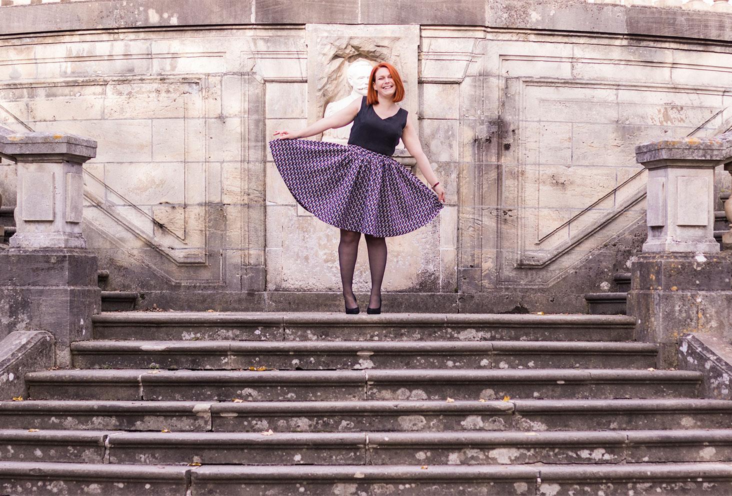 Look de la robe personnalisée Nejide sur les marches en pierre à Tours