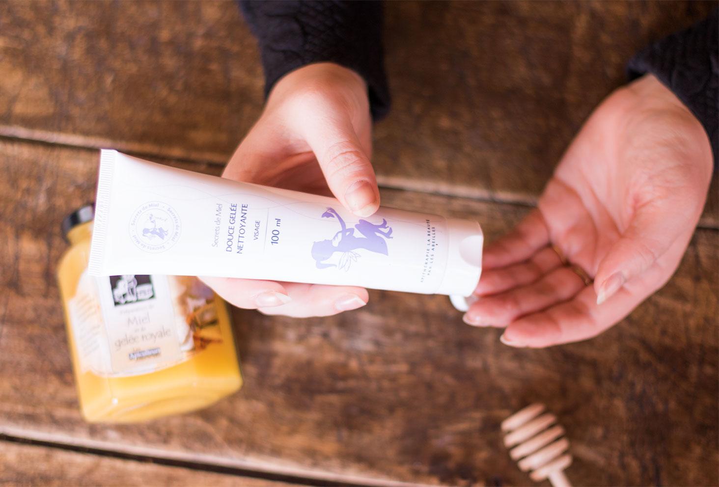 Utilisation de la Douce gelée nettoyante de la marque Secrets de Miel