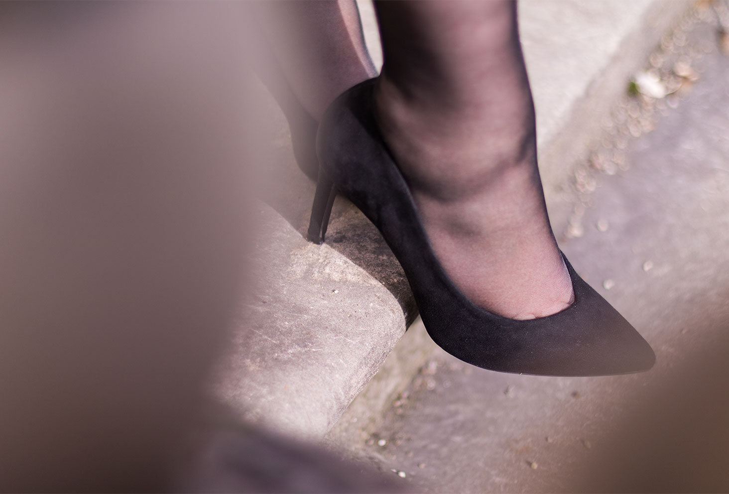 Zoom sur les escarpins noirs Kiabi dans le look Nejide