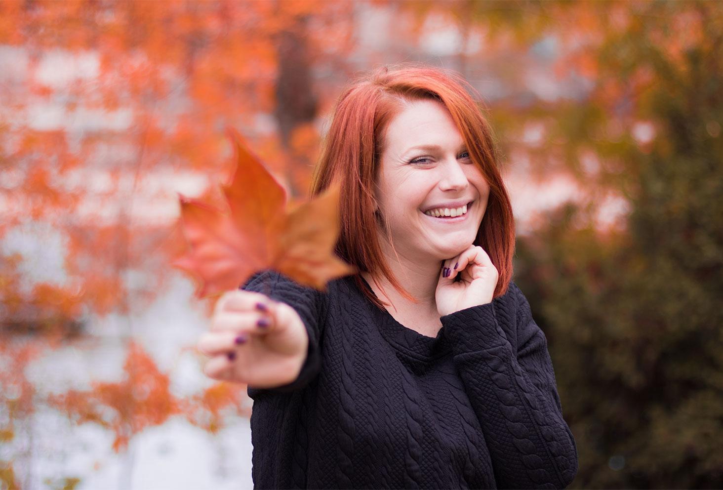 Zoom visage et feuille automnale orange pour le look Modz