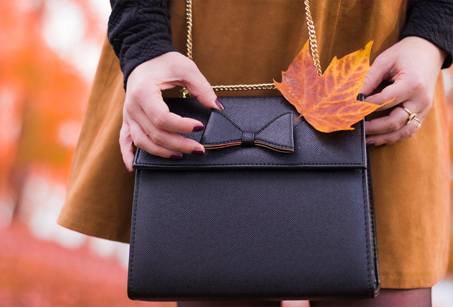 Zoom sur le sac noir à nœud Compana Fantastica pour le look d'automne Modz