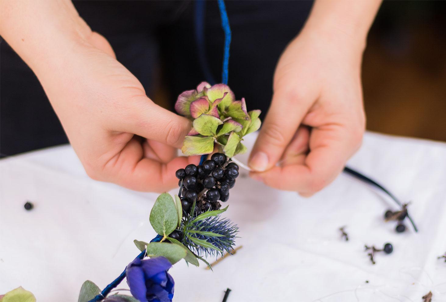 Zoom sur l'attache d'une hortensia sur la couronne de fleurs
