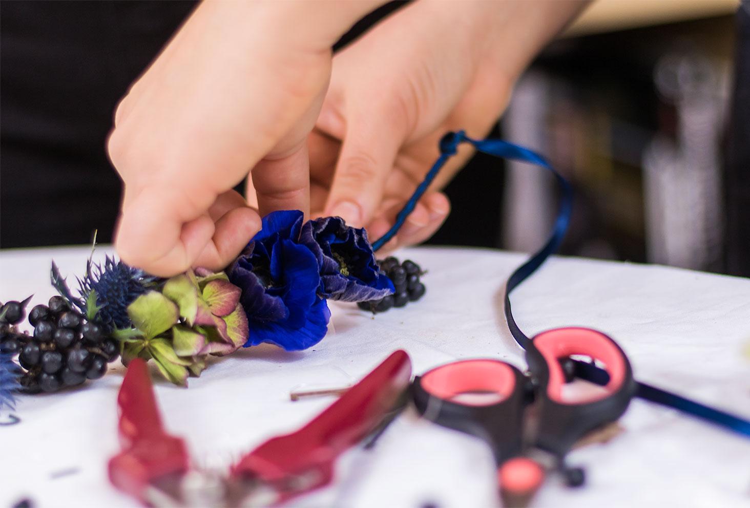 Accroche d'une grappe de Troène noir sur la couronne de fleurs