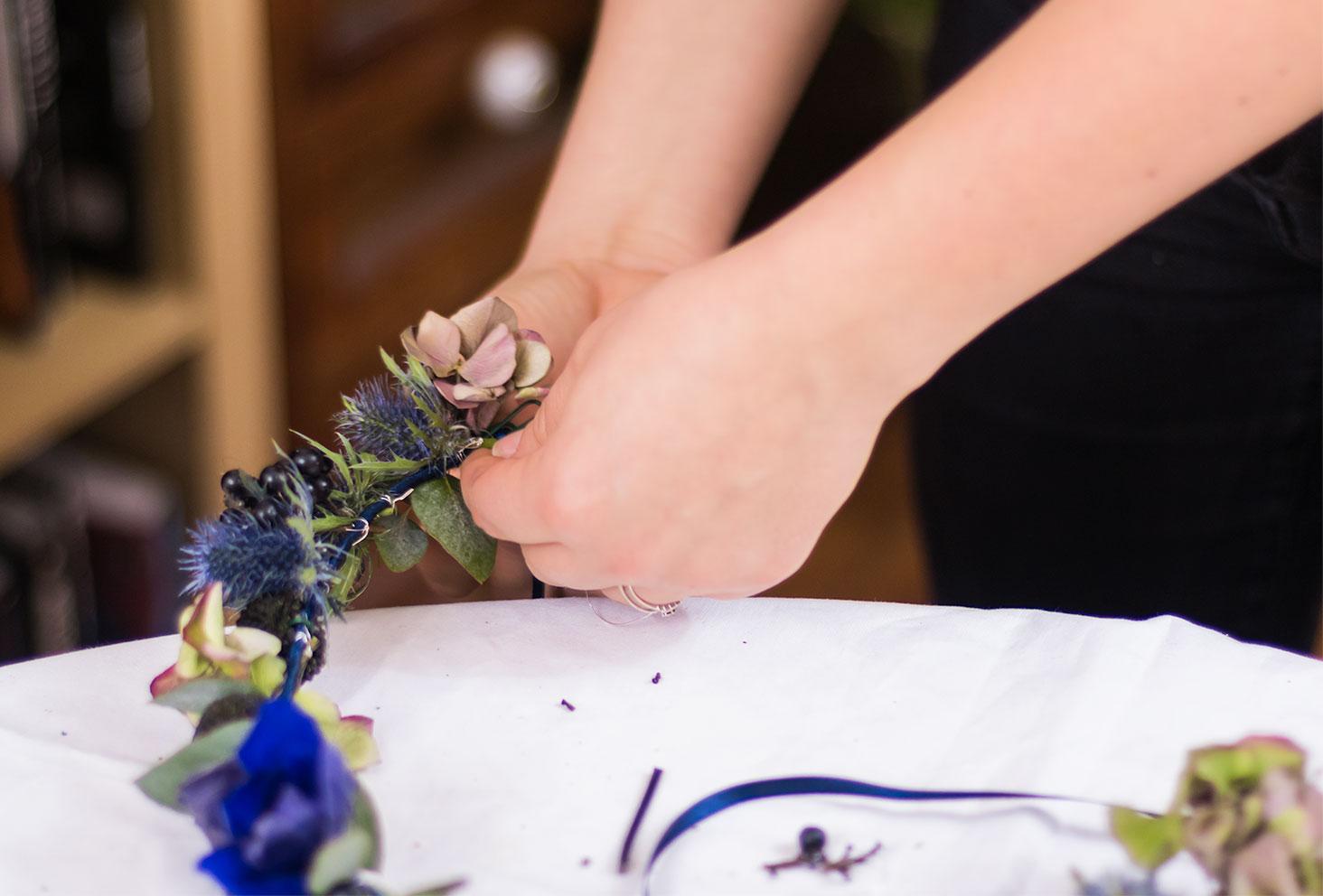 Attache d'une hortensia sur la couronne de fleurs