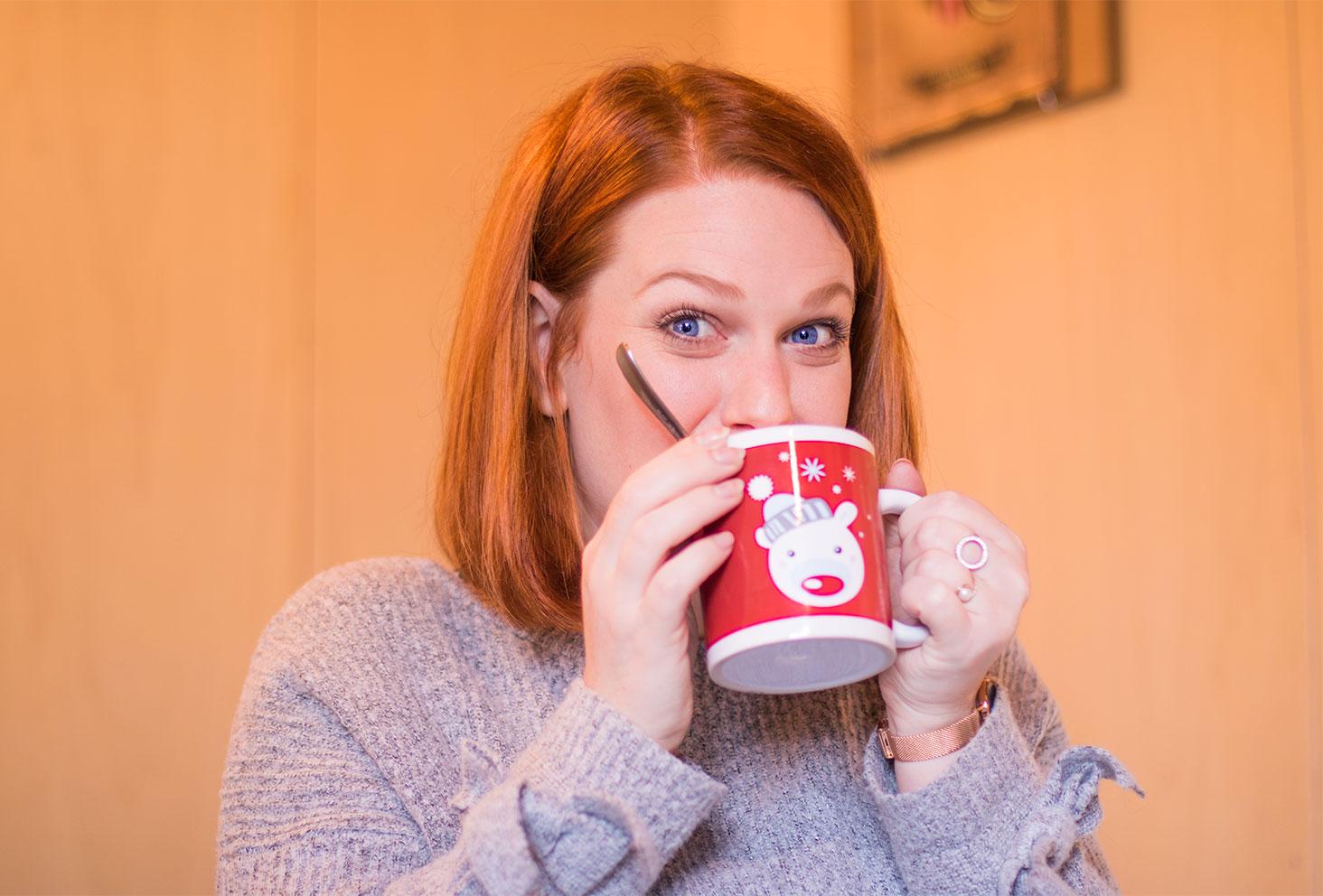 Dégustation d'un chocolat chaud au salon de thé Quand Julie Pâtisse