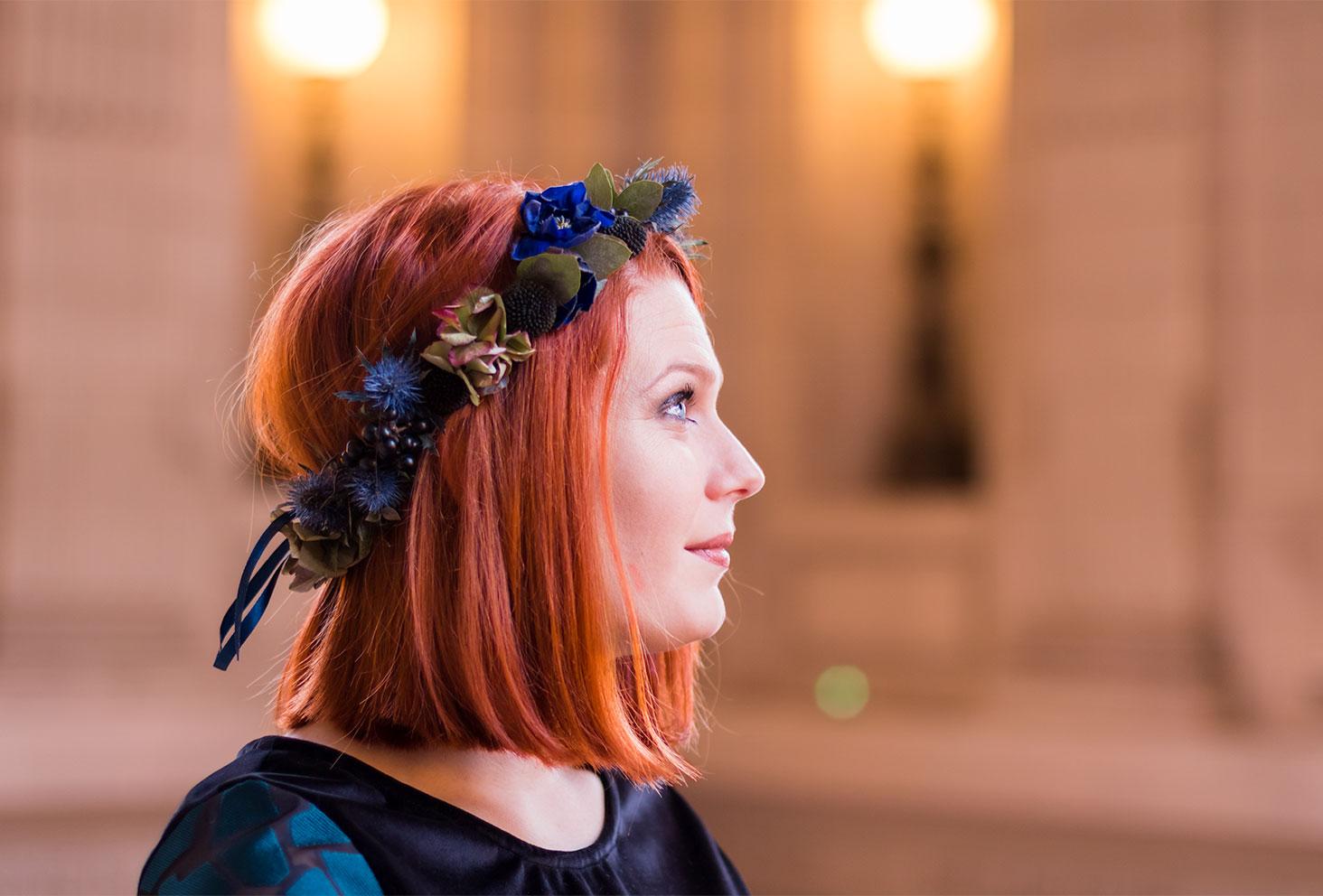 Zoom sur la couronne de fleurs Les Herbes Folles dans le look de fêtes