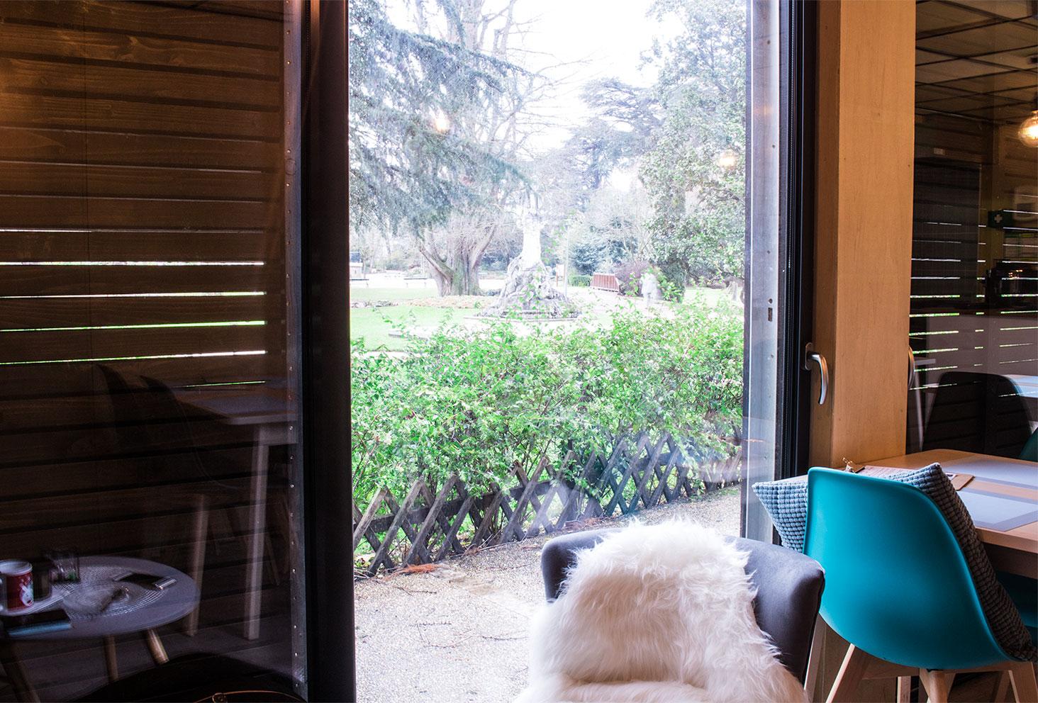 Le jardin des Prébendes de Tours vu de l'intérieur du salon de thé Quand Julie Pâtisse
