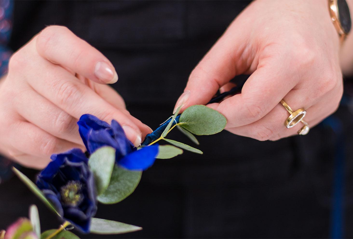 Zoom sur la préparation de l'armature de la couronne de fleurs