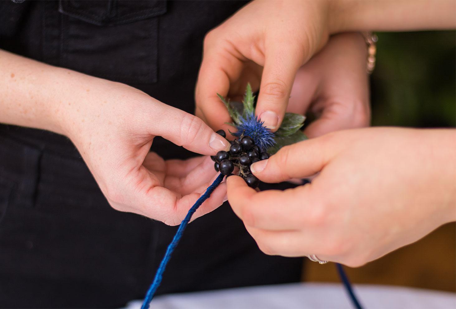 Zoom sur la fixation d'une grappe de Troène noir sur la couronne de fleurs