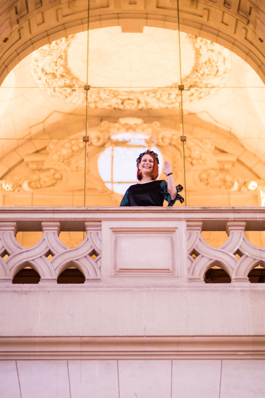 Princesse en haut du balcon de la mairie de Tours en Blonde et les Fringues