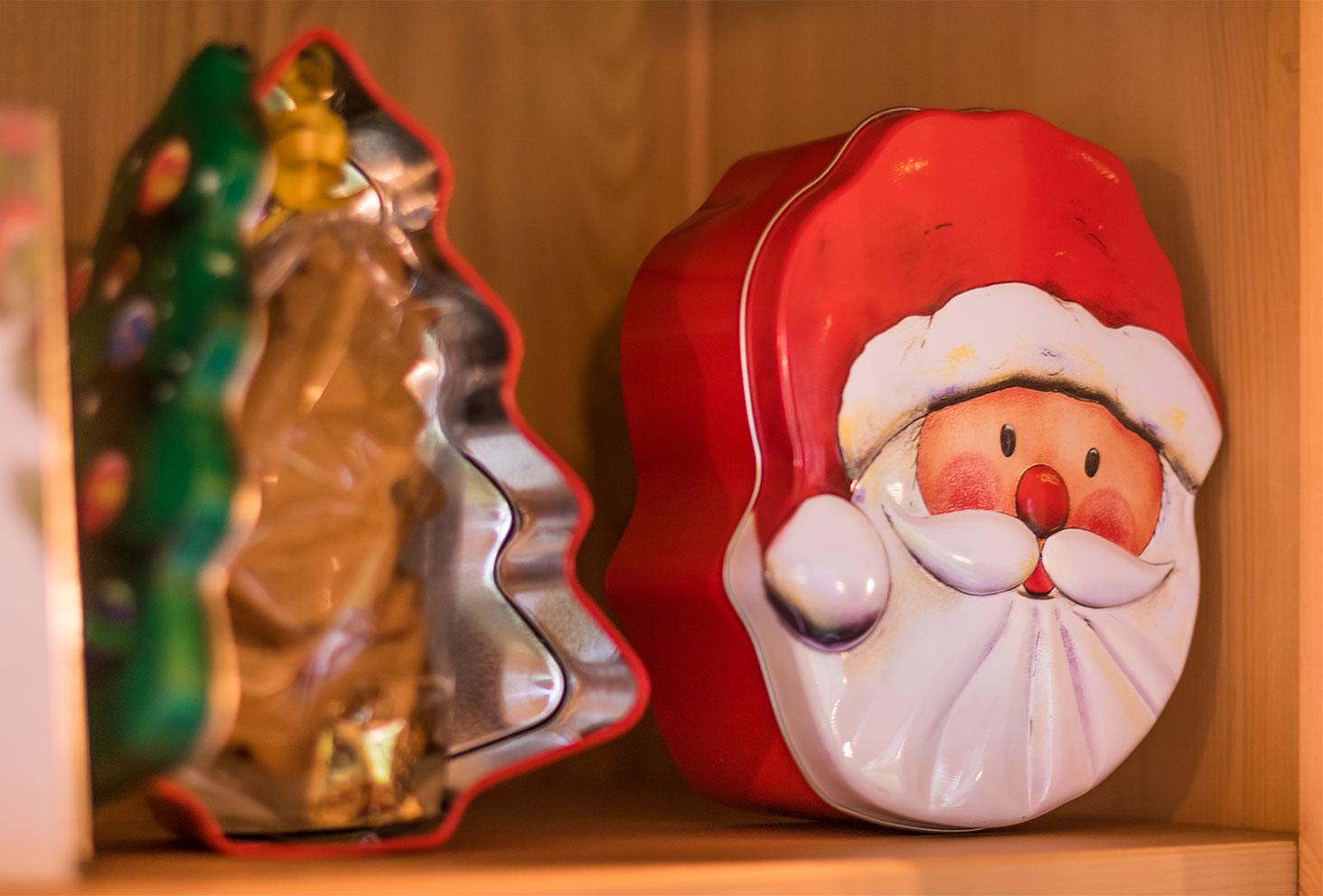 Zoom sur les boîtes à gâteaux en forme de sapin et de Père Noël