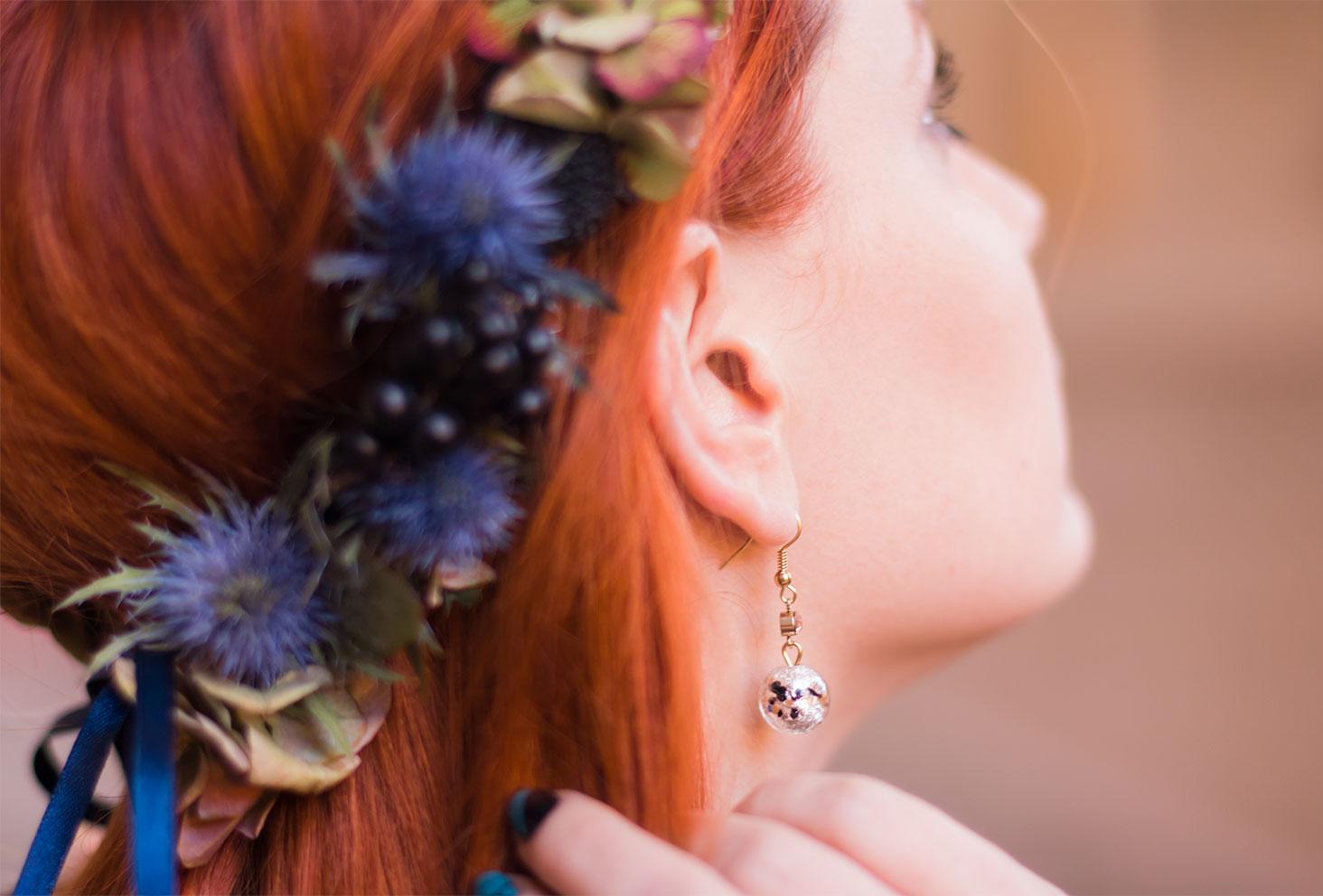 Zoom sur les boucles d'oreilles pendante Jacqueline Riu Paris