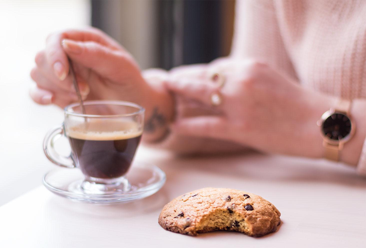 Zoom sur un cookie accompagné d'un café chez Quand Julie Pâtisse