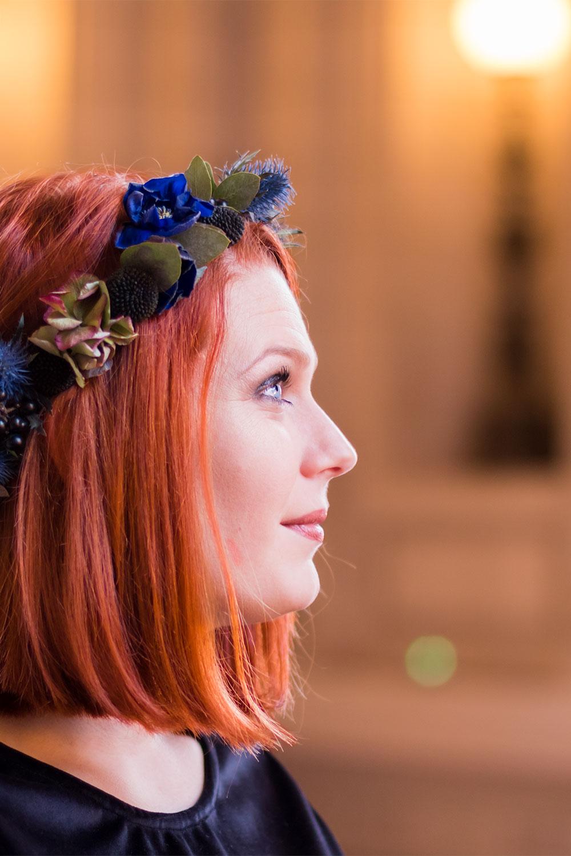Zoom sur la couronne de fleurs dans le look de Noël