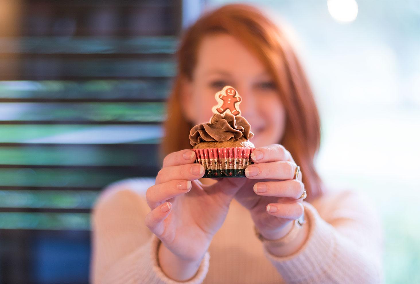 Zoom sur un cupcake chocolat et praliné du salon de thé Quand Julie Pâtisse