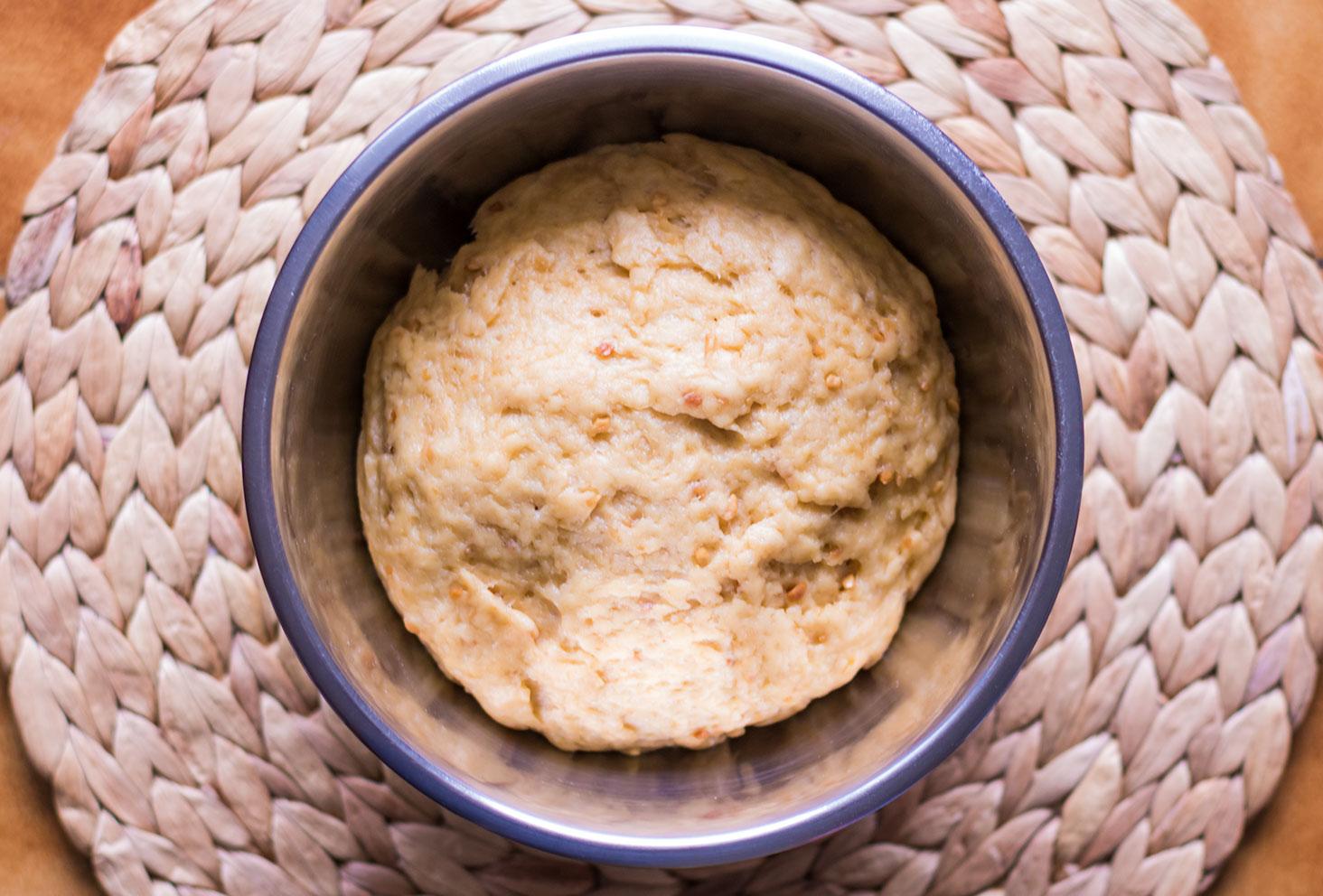 Zoom sur la boule de pâte de la couronne des rois au beurre de cacahuètes après avoir reposée deux heures