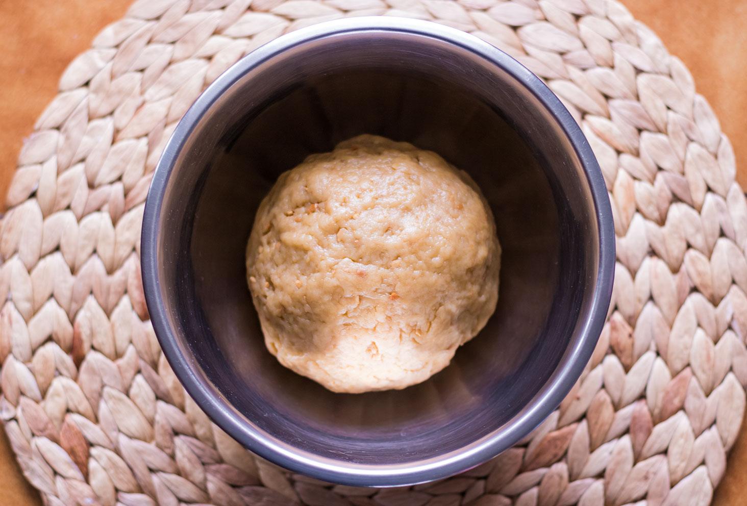 Zoom sur la boule de pâte de la couronne des rois au beurre de cacahuète tout juste pétrie