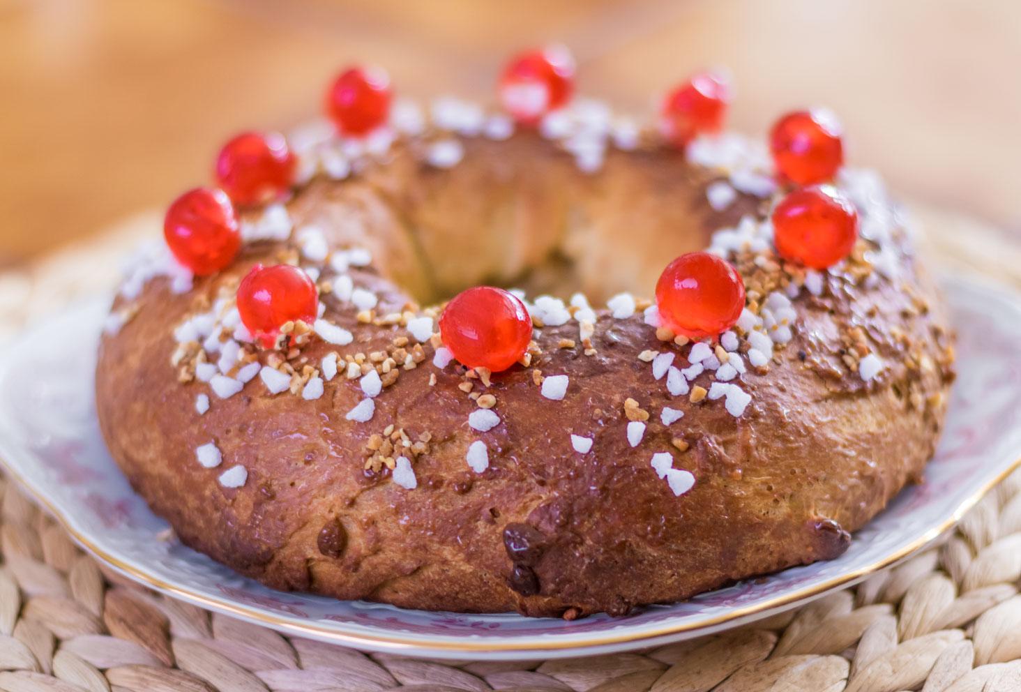 La couronne des rois au beurre de cacahuètes entière déposée dans une assiette blanche sur un set de table en rotin