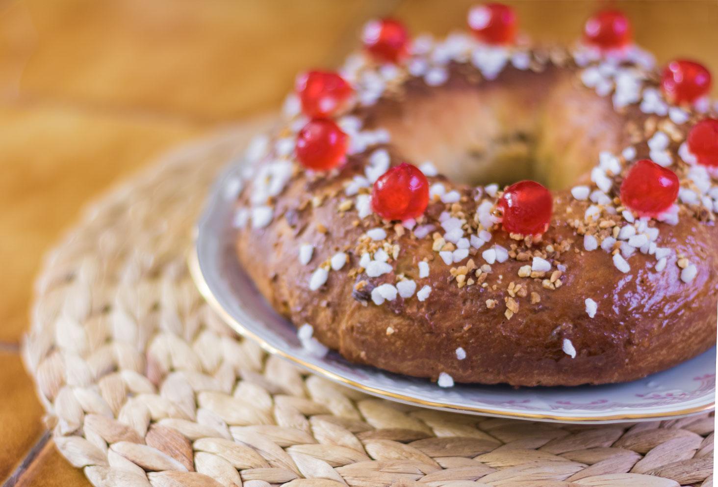 Zoom sur une partie de la couronne des rois au beurre de cacahuètes dans son assiette blanche sur le set de table en rotin
