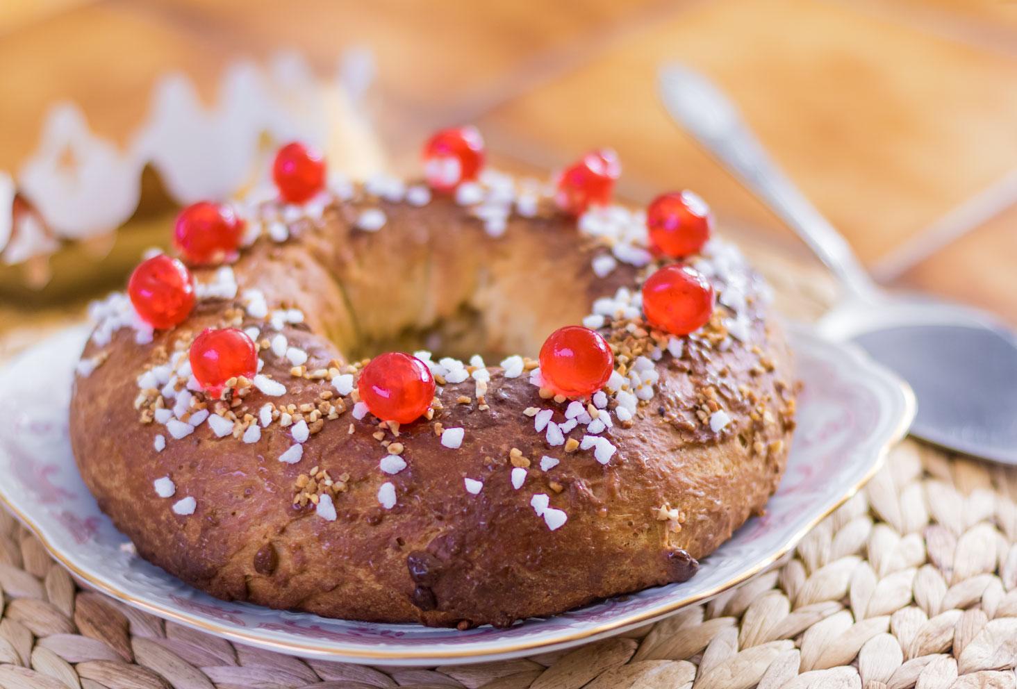 La couronne des rois au beurre de cacahuètes à côté d'une couronne et de la pelle à tarte