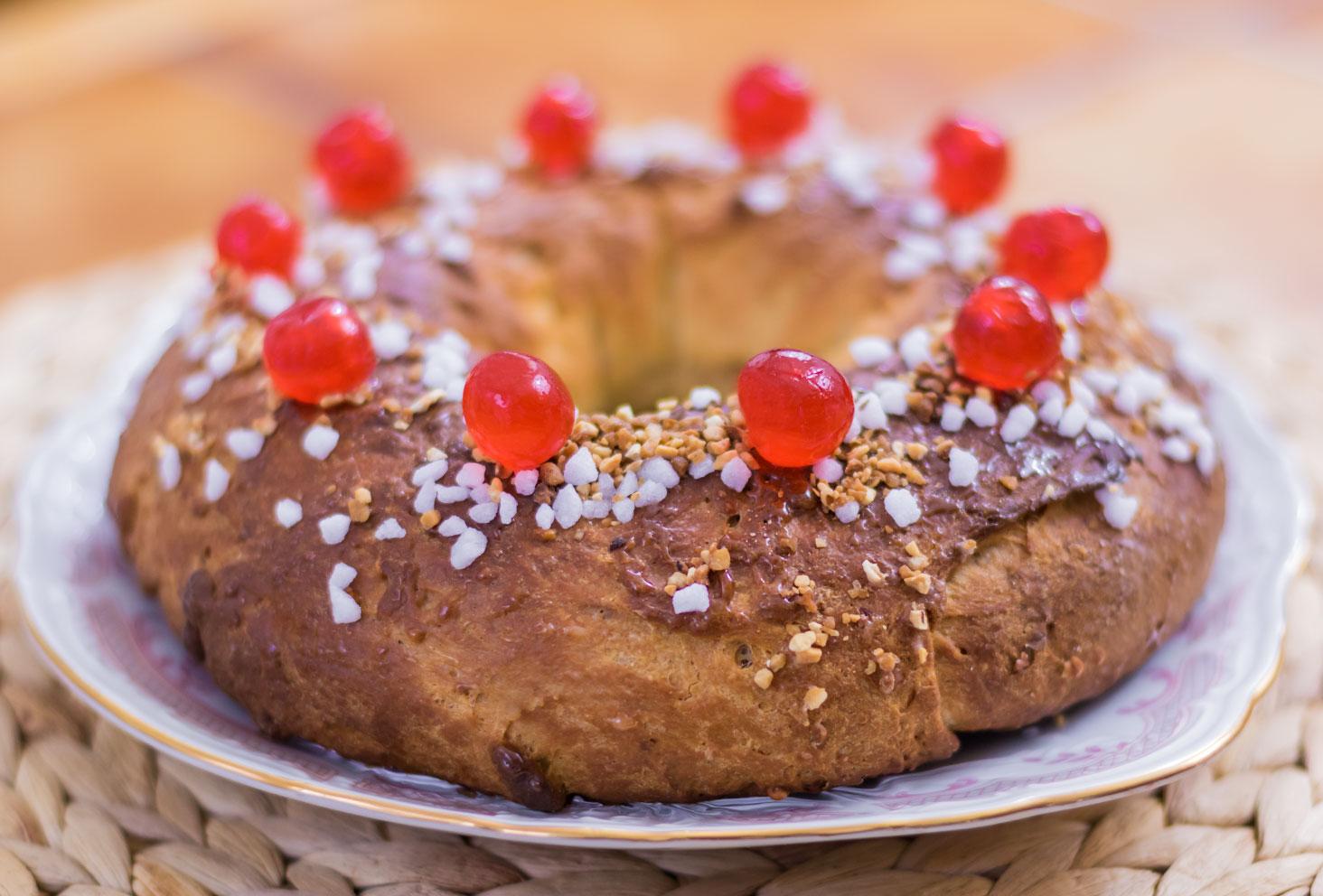 Couronne des rois au beurre de cacahuètes saupoudrée de sucre, de pralin et de cerises confites en entier
