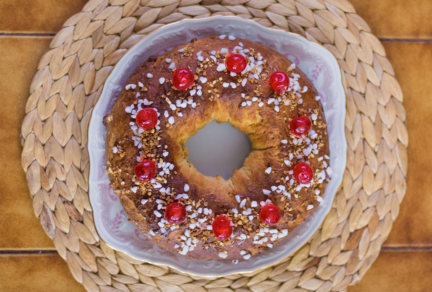 La couronne des rois au beurre de cacahuètes déposée dans un plat blanc sur un set de table en rotin vue de haut