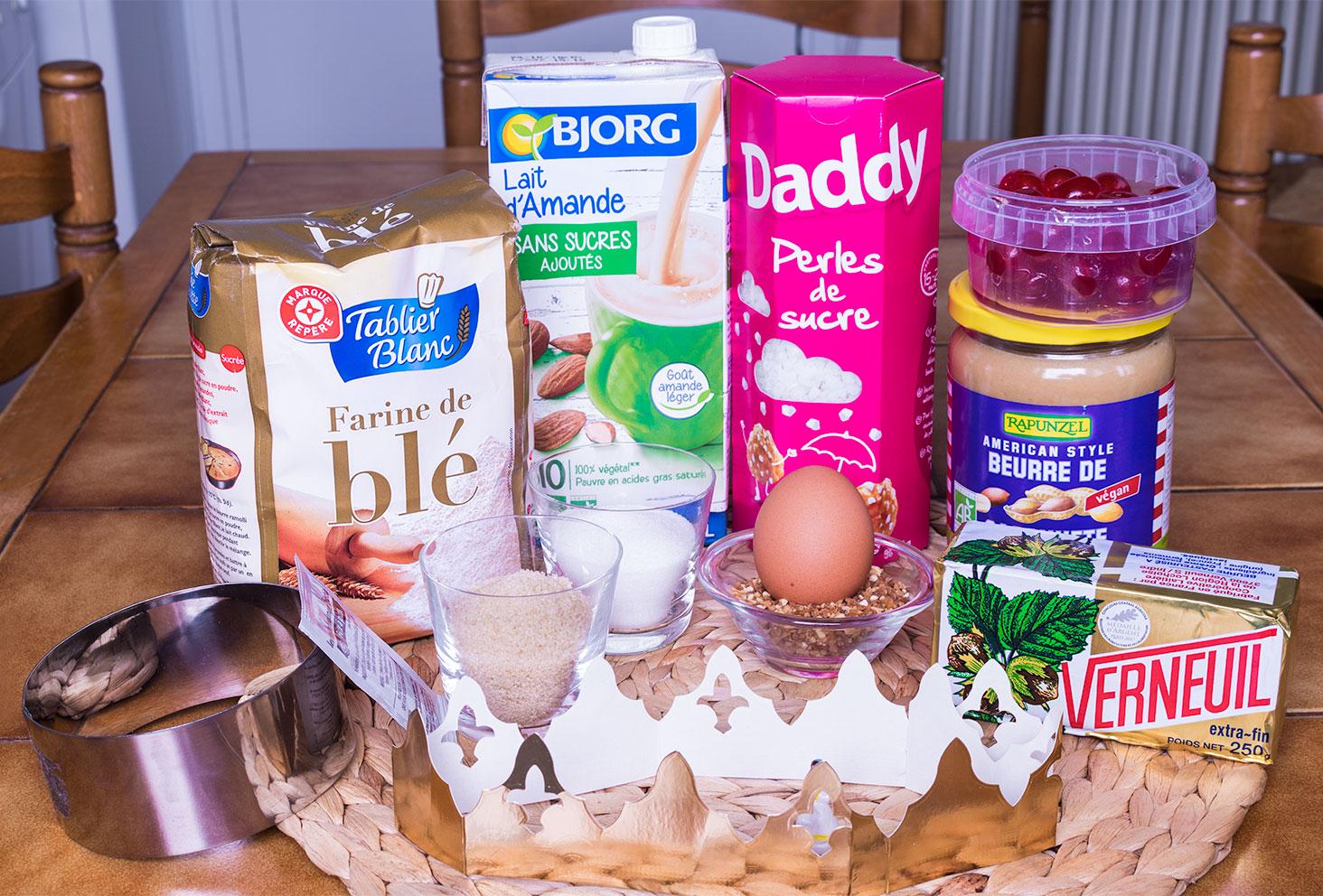 Ensemble des ingrédients nécessaires à la réalisation de la couronne des rois au beurre de cacahuètes