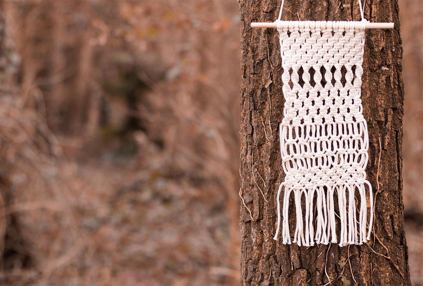 Macramé accroché à un arbre au milieu de la forêt